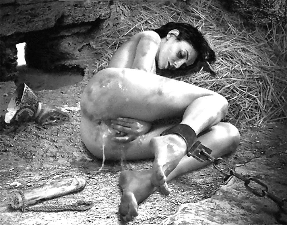 Секс рабыня в плену, разрыв пизды гигантским хуем