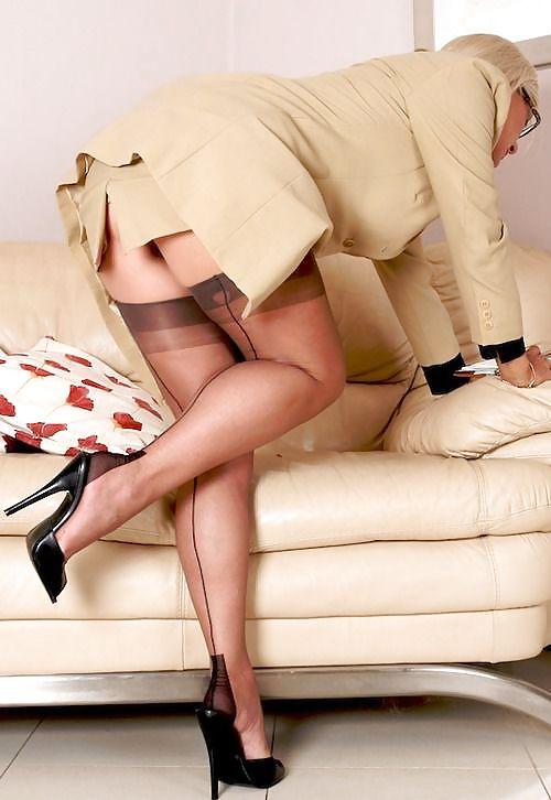 Женщины в чулках тубе мило.))