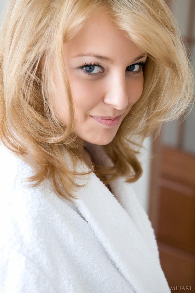 Une blonde dans sa salle de bain