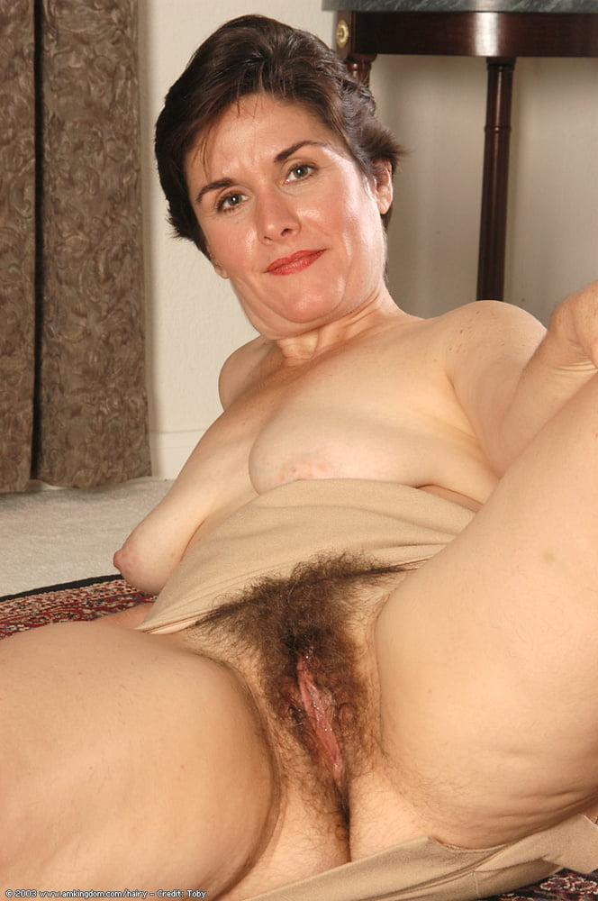 Hairy mature leslie