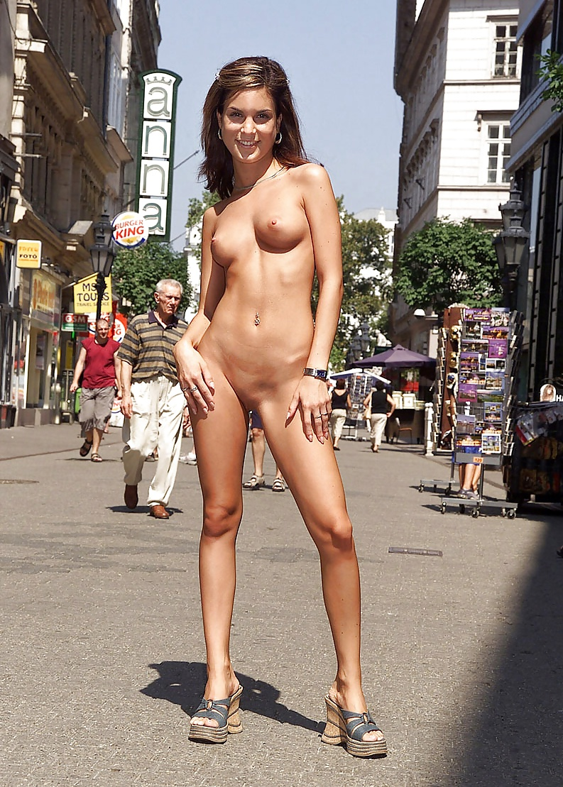 hot-babes-naked-in-public