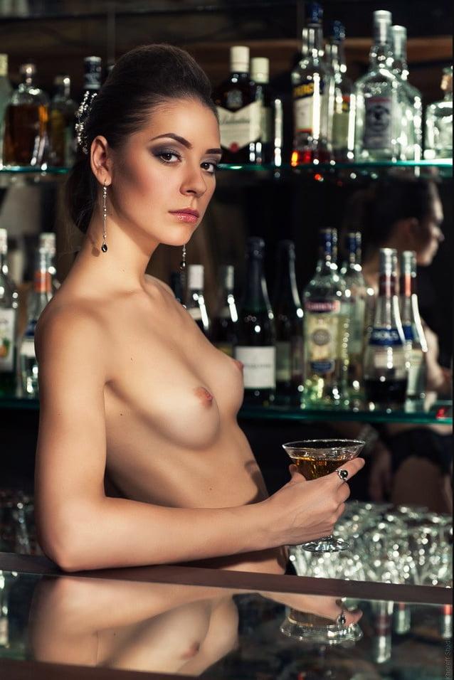 У барной стойки фото эро 11