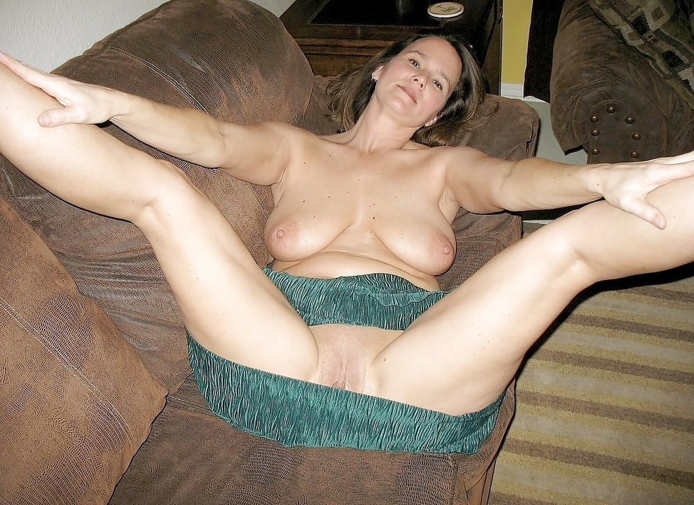 Homemade Amateur Mom Posing Nude