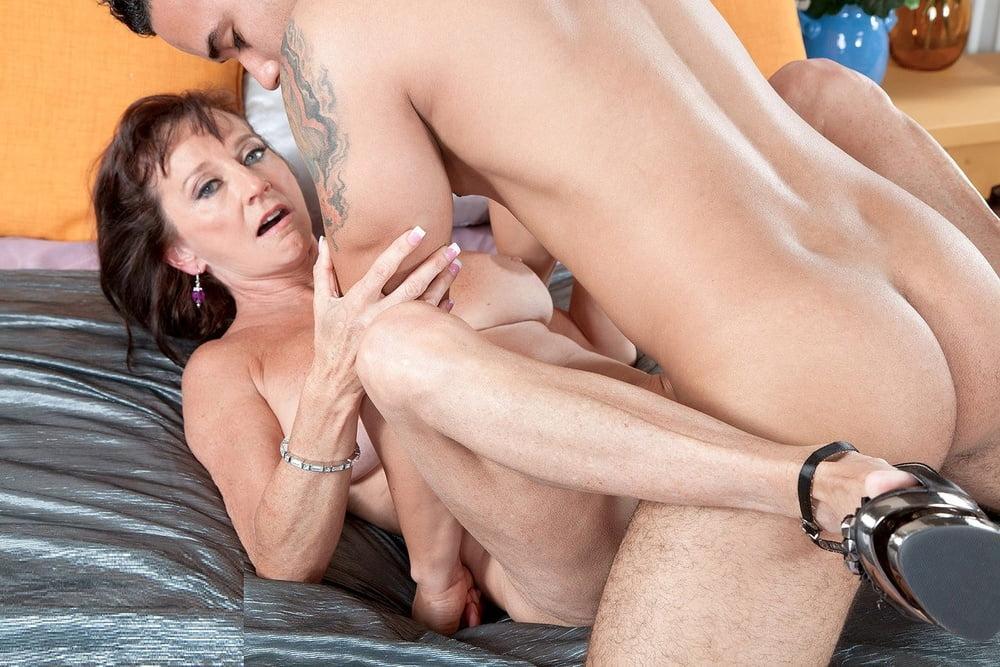 Mature Women Naked On Sofa, Free Xxx Mature Women Porn Photo