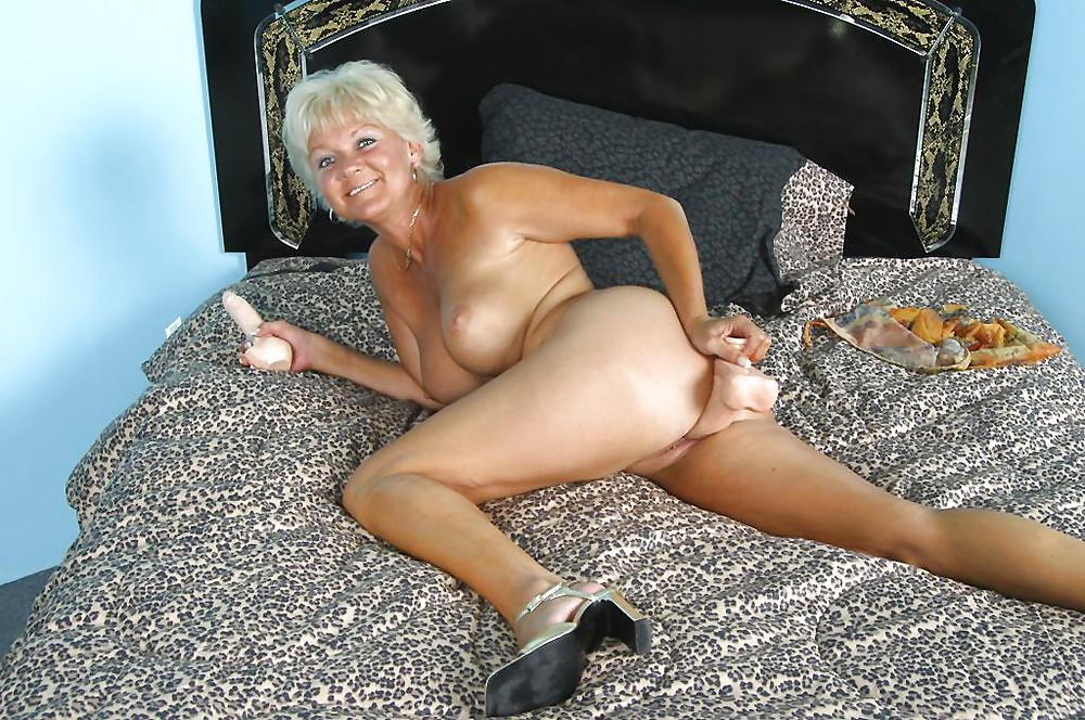 vanessa-nude-granny-with-sex-toys-photos