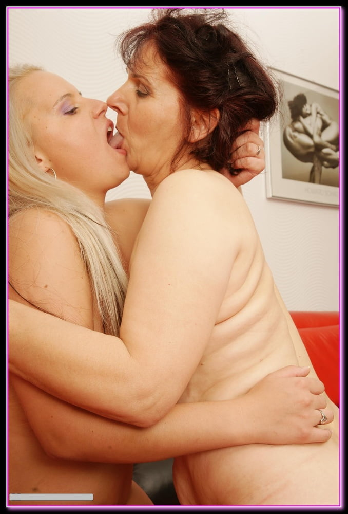 Old lesbian plays with girl — photo 9