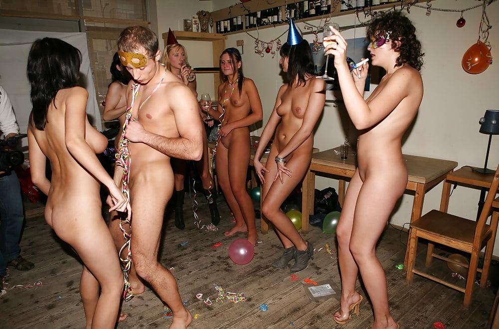 У девушки голая вечеринка фото #2