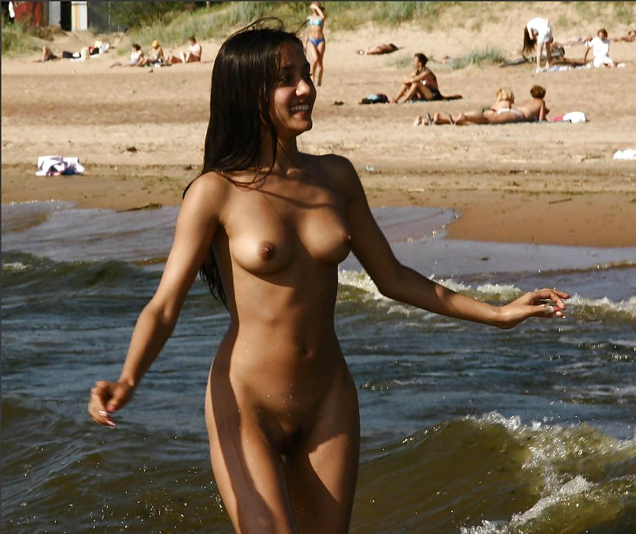 Hot girl hui sirf panty mei outdoor beach pe lover ke sath