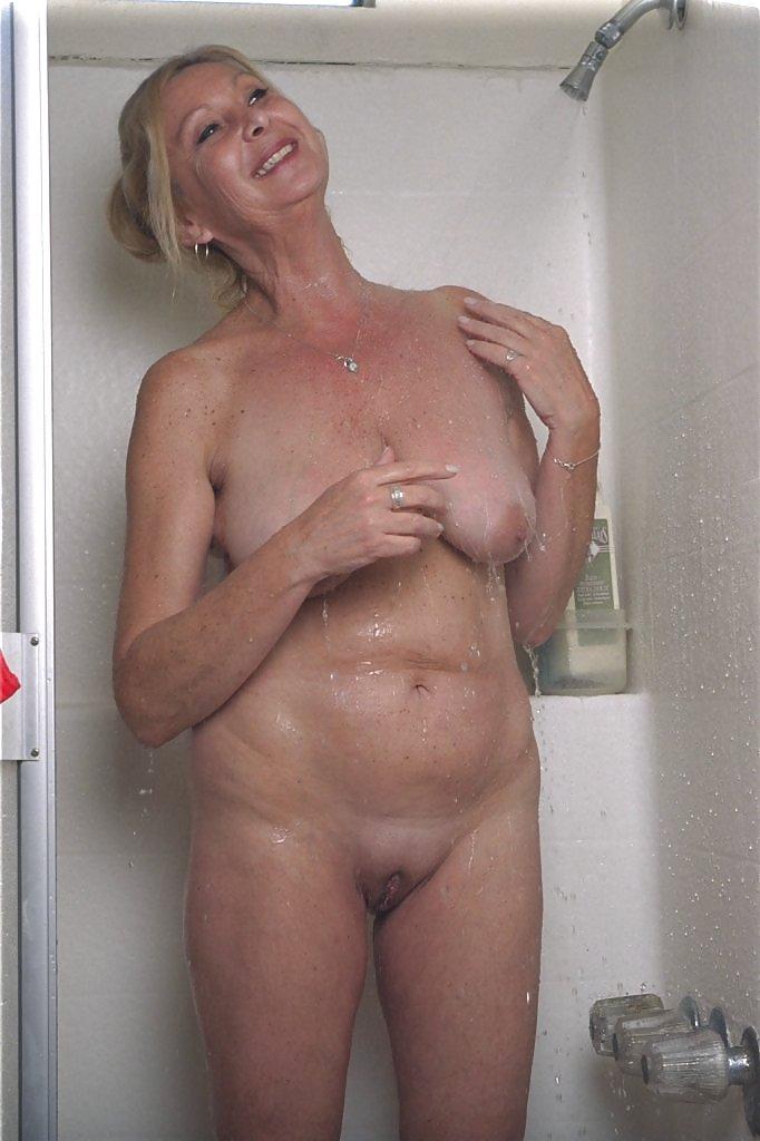 Вагины смотреть как тетя принимает душ чулках выебал