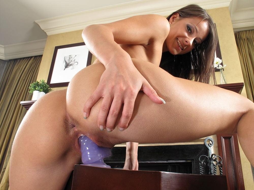 Девушка мастурбирует у себя на работе, в упругую попку кончили
