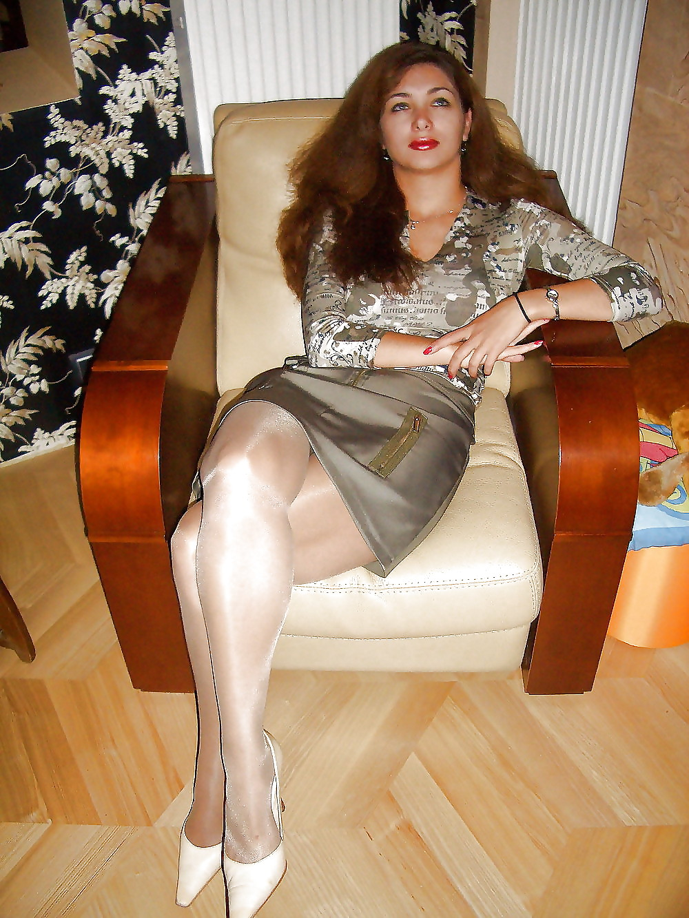 течет ноги женщин в платьях колготках зрелые любительские домашние фото раздвигает ножки