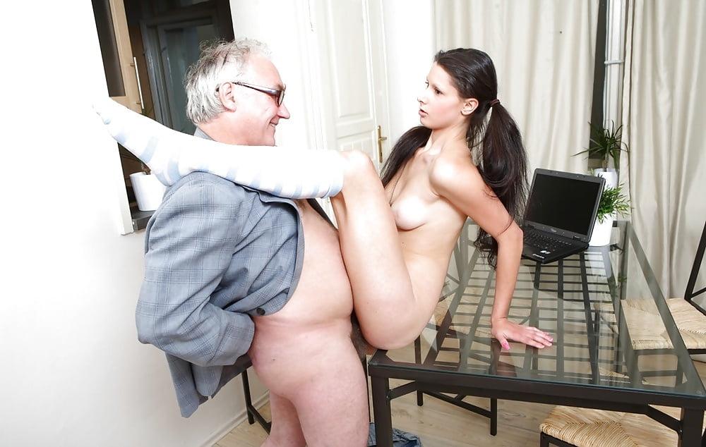 секс старика соблазняет девушка