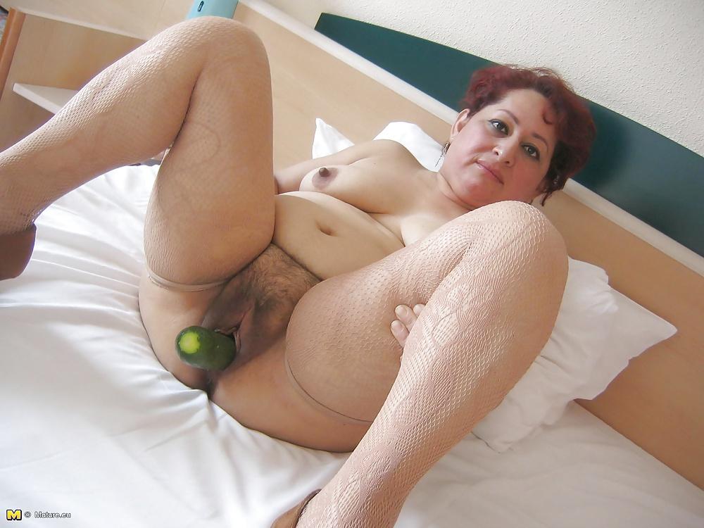 зрелая тетка засунула себе руку в жопу - 8