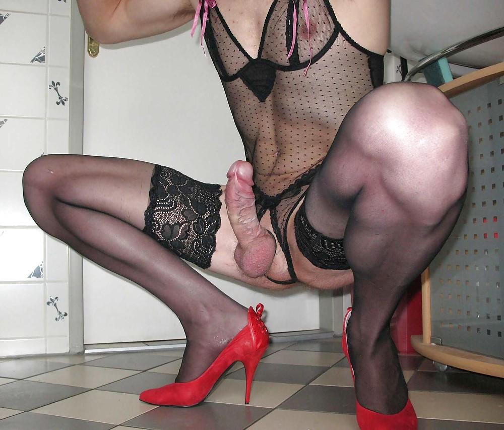 порно накрашенные в женской одежде брюнетка пристегивает