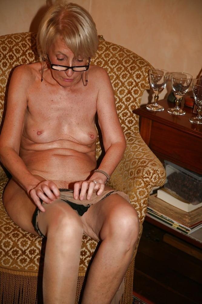 porno-foto-gorbachevoy-raisi-devushki-lazayut-na-ploshadke-v-yubkah
