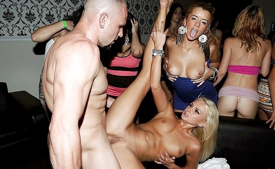 Нижнего новгорода девушки развлекаются в клубах порно
