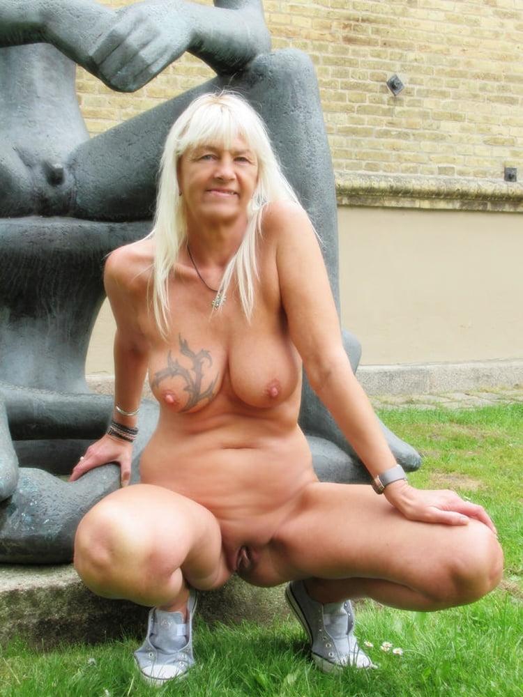 Bodybuilderin Granny Outdoor Facesitting
