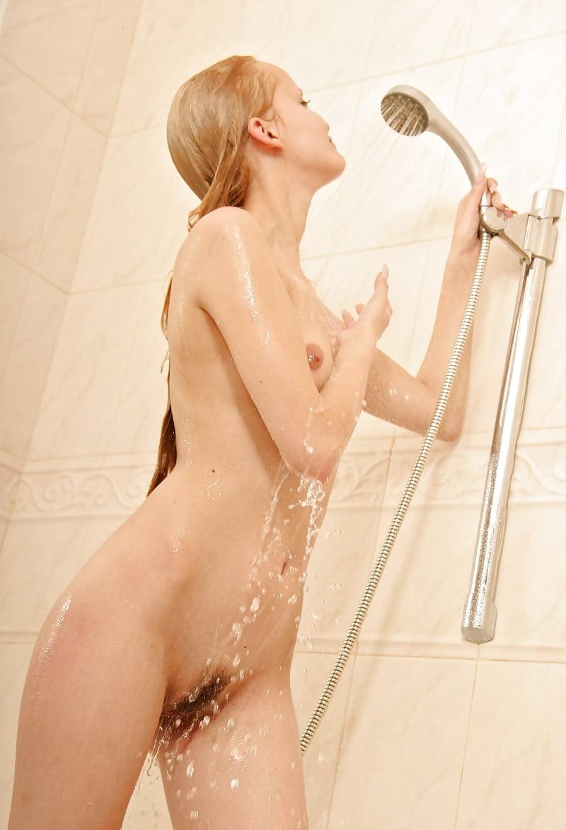 девчонки голыми купаются в душевой кем
