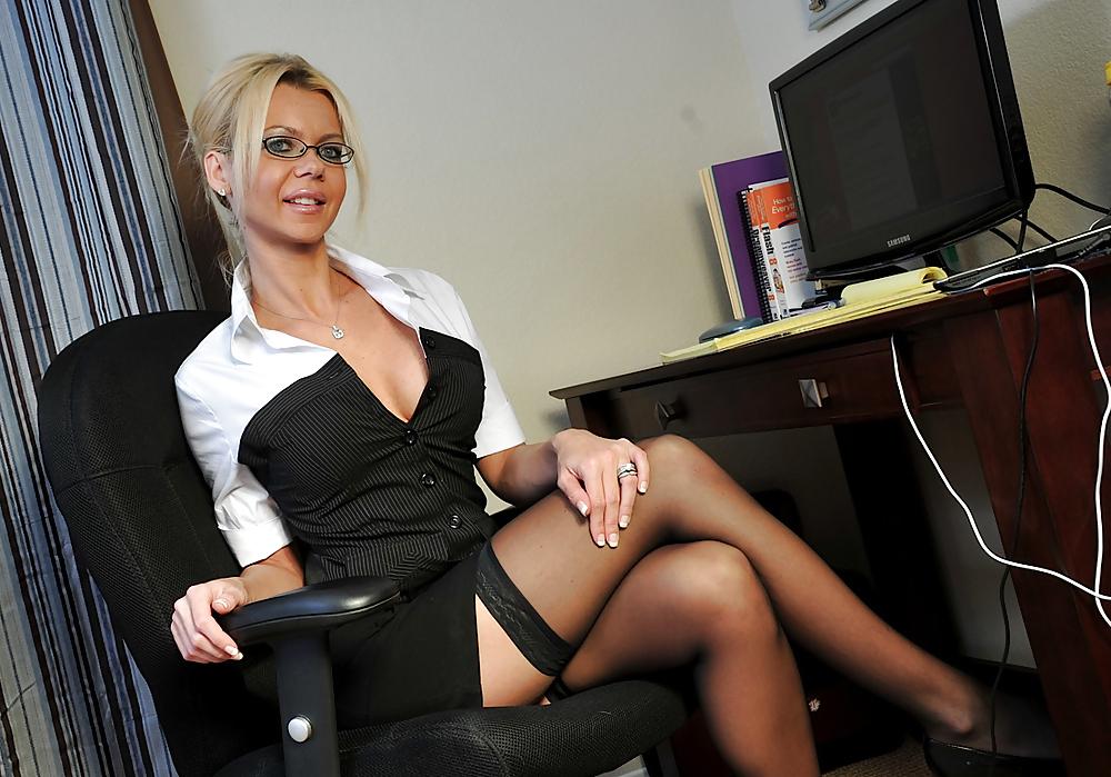 все уже эро фото красивых начальниц в очках эротике