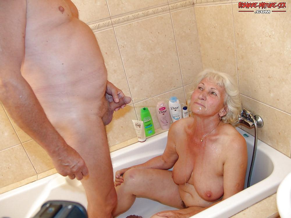 трах в ванной со старушками заделает еще
