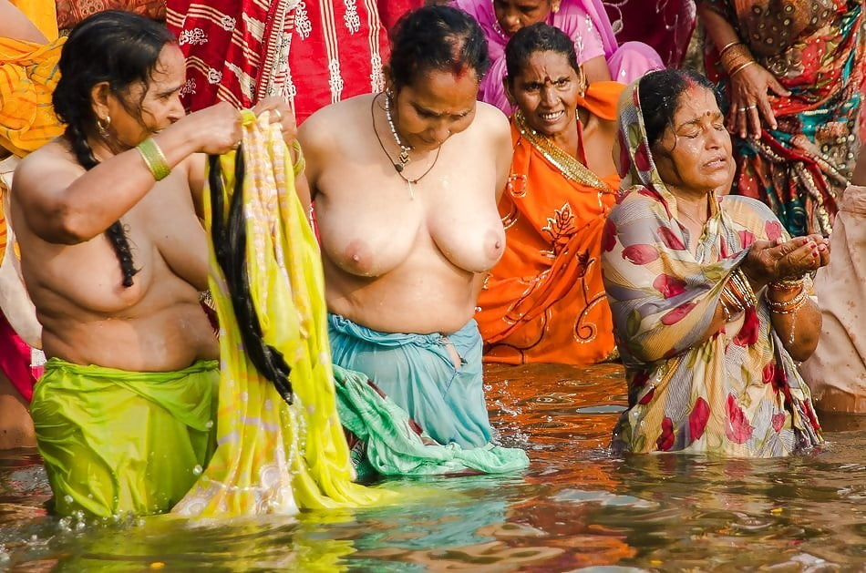 Young Aunty Shows Boobs While Bathing In Lake Water