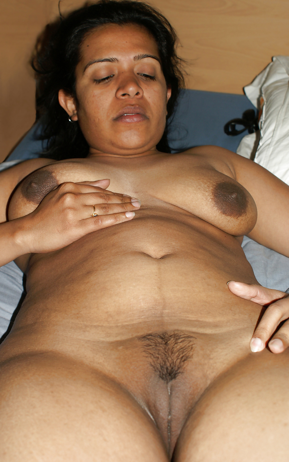Traditional Indian Milf Showing Her Kitty