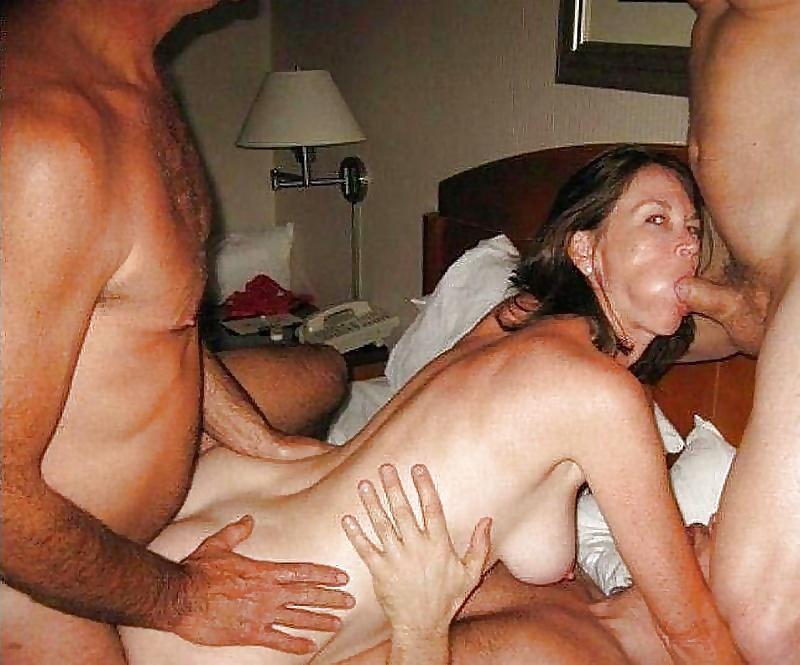 Порно два парня трахают жену друга