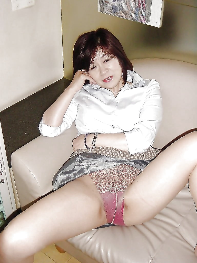 sporty-japanese-girl-remove-panties-mature-naked
