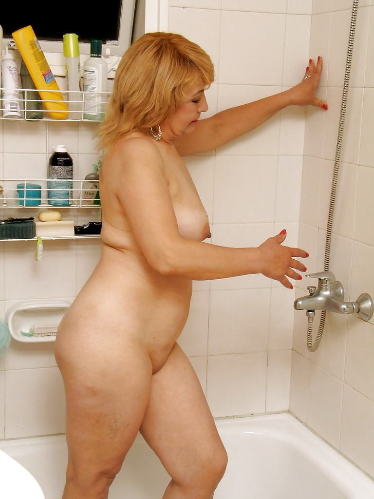 отошел микрофона русская тетя в ванной стоит плите сковородка
