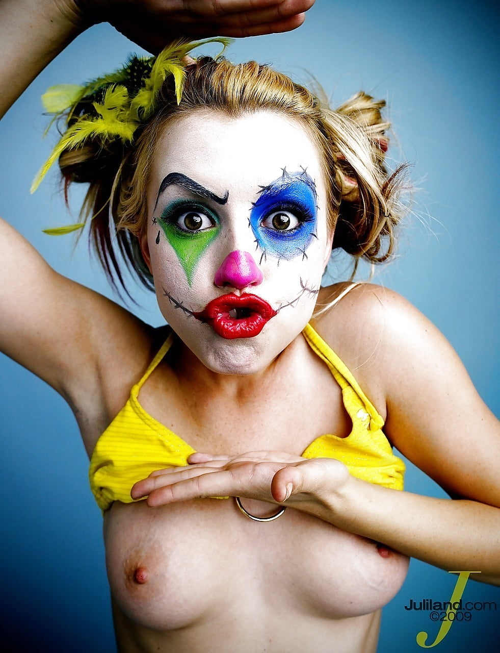 Clown girl nude pics flash restaurant